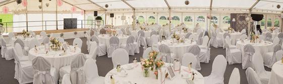 Hochzeitsdeko im Zelt für runde Tische selbst machen