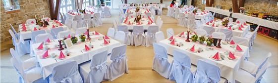 Rosa weisse Hochzeitsdeko rustikal mit Stuhlhussen dekoriert