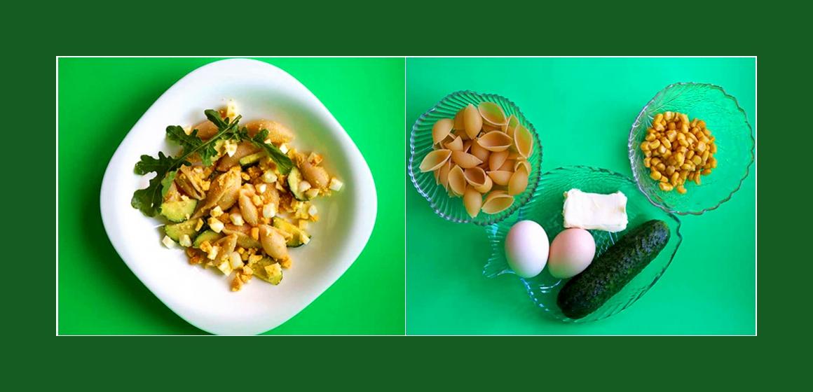 Gemischter Nudelsalat mit Eiern, Gurken und Mais