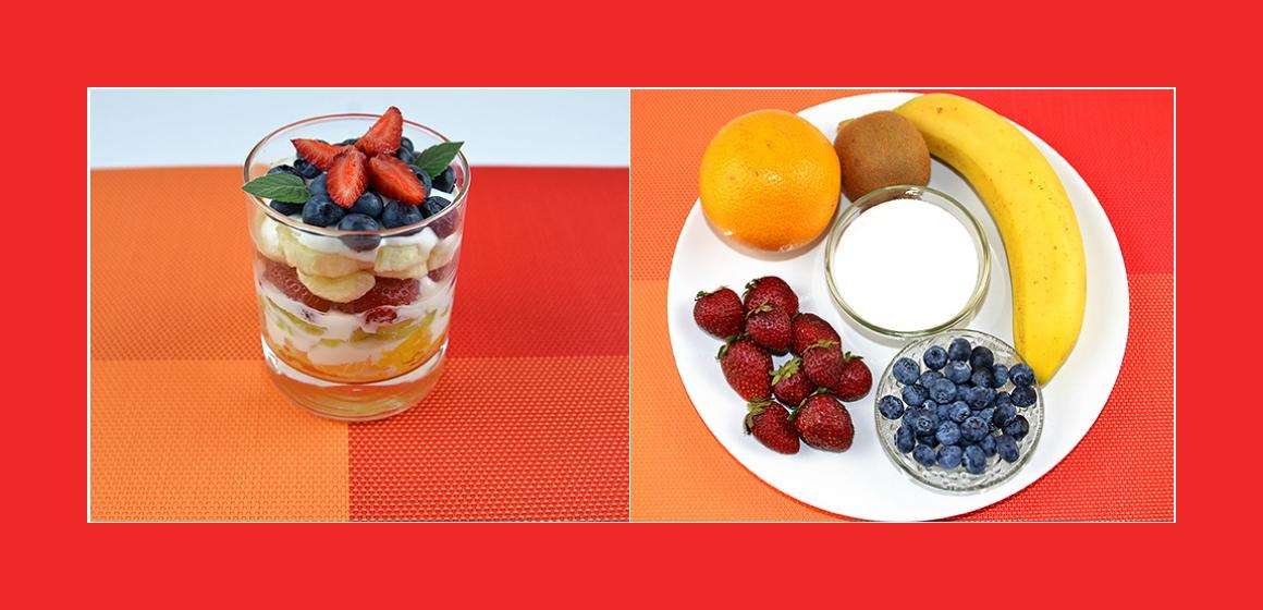 Bunter Obstsalat mit Heidelbeeren, Erdbeeren Bananen, Kiwi, Orange und Joghurt-Dressing
