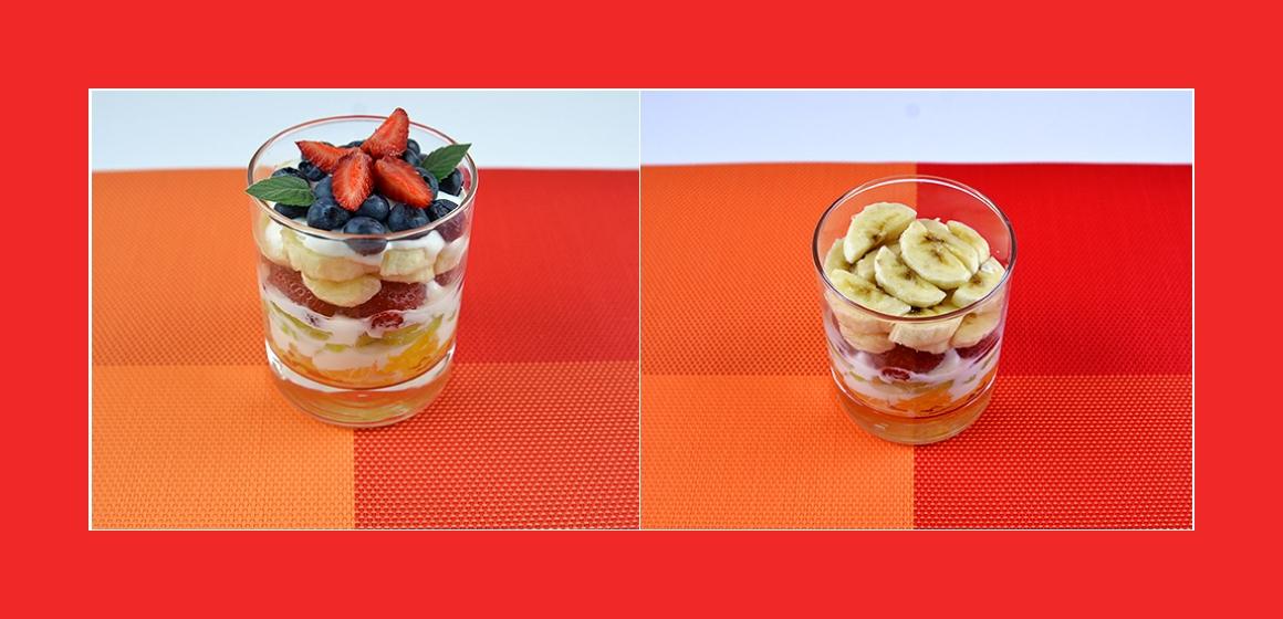 Obstsalat mit Heidelbeeren, Erdbeeren, Bananen, Kiwi, Orange und Joghurt-Dressing
