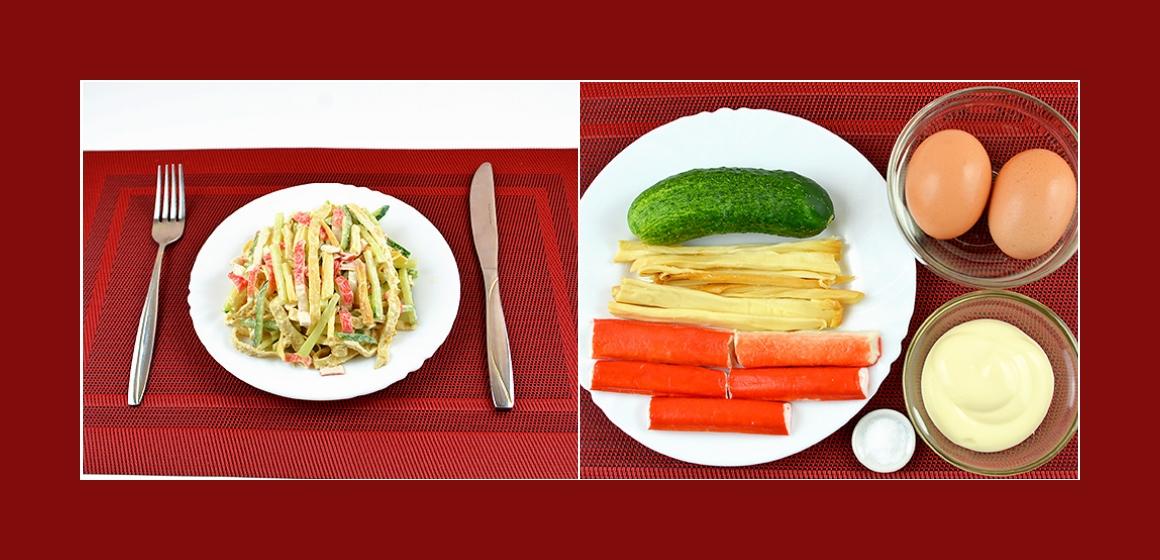 Schmackhafter Salat mit Krabbenstangen, geräucherten Käsestreifen, Eiern, und Gurke